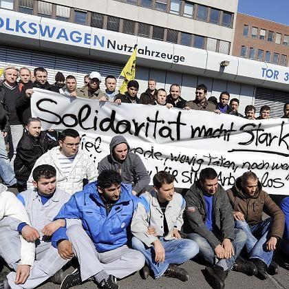 Prekäre Lage: Leiharbeiter (hier bei VW Nutzfahrzeuge in Hannover) müssen in der Krise oft als erste gehen