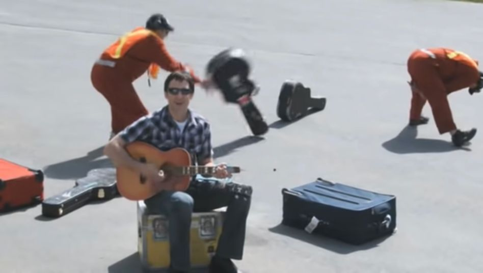 """Screenshot aus dem Musikvideo """"United Breaks Guitars"""" des Musiker Dave Carroll"""