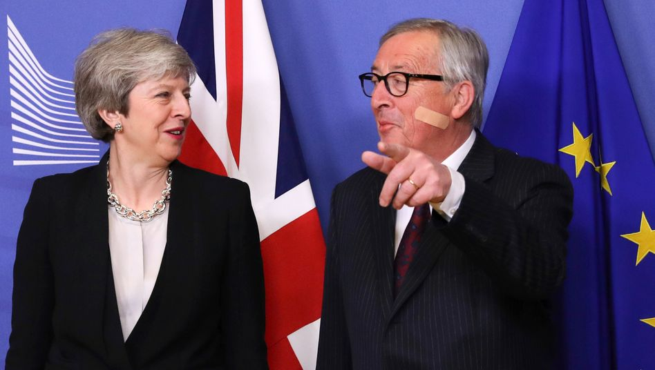 Großbritanniens Premierministerin Theresa May und EU-Kommissionspräsident Jean-Claude Juncker Ende Februar in Brüssel