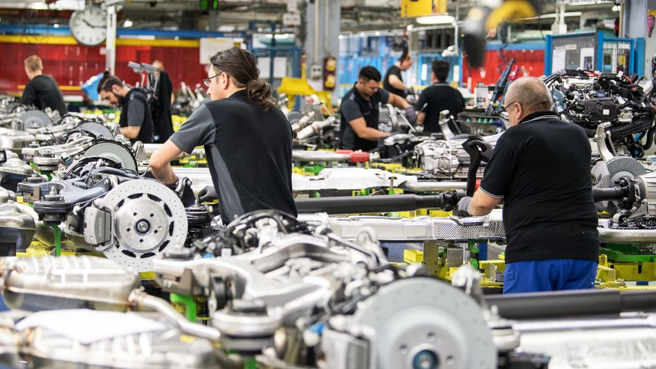 Montagemitarbeiter im Mercedes-Benz-Werk in Sindelfingen