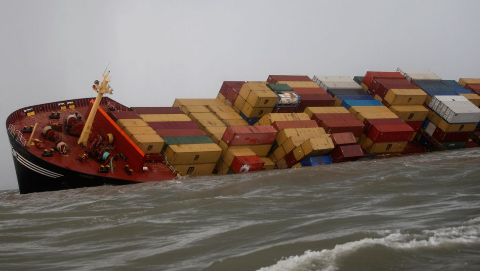 """Stürmische See: Die Container-Reederei Hapag-Lloyd will trotz extrem unsicherer Börsenverhältnisse den Börsengang durchziehen und versucht zu retten, was der Markt hergibt. Die Reederei wird unter dem Strich wohl nicht einmal halb so viel einspielen wie ursprünglich erhofft. """"Das ist für alle eine Enttäuschung"""", sagte ein Banker."""