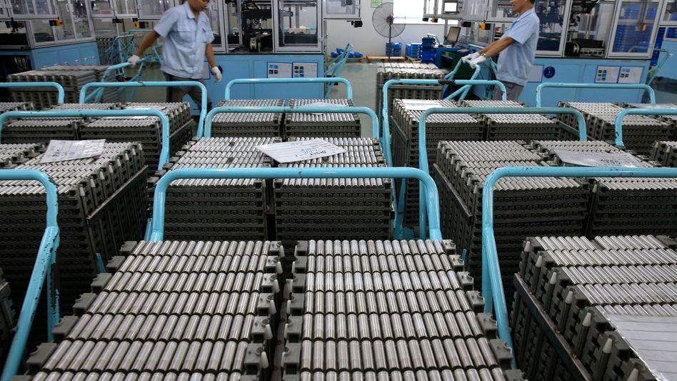 Arbeiter in einer chinesischen Fabrik für Lithium-Ionen-Batterien