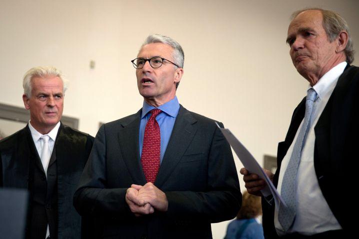 Heinrich Maria Schulte, ehemaliger Geschäftsführer der Fondsgesellschaft Wölbern Invest, steht zwischen seinen Anwälten