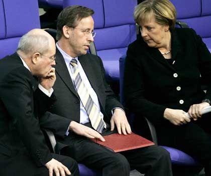 Sieht sich als Vorbild:BDA-Hauptgeschäftsführer Göhner zwischen Unions-Fraktionschef Volker Kauder und Bundeskanzlerin Angela Merkel
