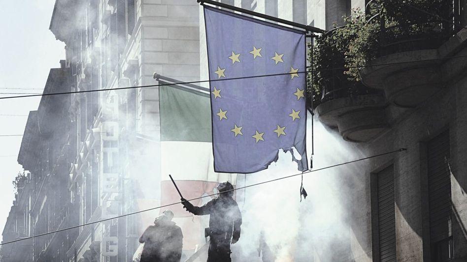 Fahne in Flammen Proteste der Indignati-Bewegung in Rom gegen die Sparmaßnahmen