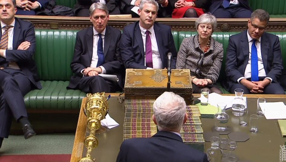 Premierministerin Theresa May (2.v.r.) im Parlament