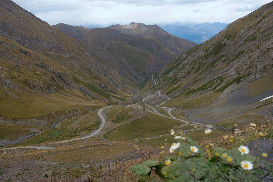 Der erste Blick vom Abano-Pass nach Tuschetien:Die Anreise in die abgelegene Region ist schon ein erstes Abenteuer