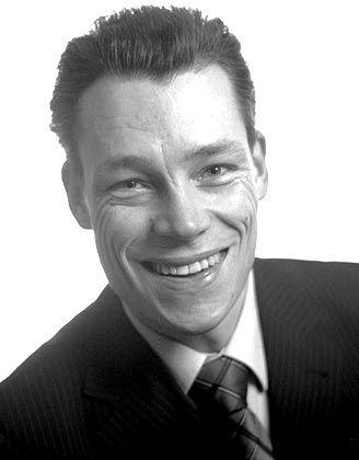 """Martin Wehrle ist Gehaltscoach und berät Arbeitnehmer erfolgreich in Gehalts-, Karriere- und Bewerbungsfragen. Gleichzeitig ist er bei Führungskräften als Redner und kritischer Diskussionspartner gefragt. Seine Bücher """"Geheime Tricks für mehr Gehalt"""" (Econ, 2003) und """"Die Geheimnisse der Chefs"""" (Hoffmann und Campe, 2004) haben den Sprung in die Bestseller-Listen geschafft"""