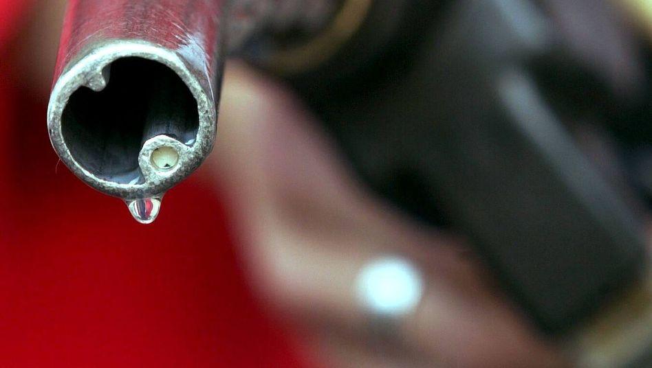 Zapfpistole: Leicht sinkende Benzinpreise haben die Inflationsrate in Deutschland im September gedämpft