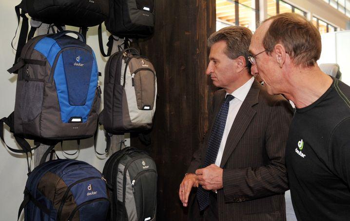Schweres Gepäck: Der Rucksackhersteller Deuter, im Bild bestaunt von EU-Kommissar Günther Oettinger, machte in Weltkrieg 1 und 2 gute Geschäfte