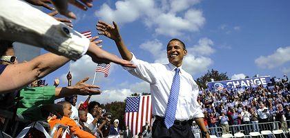 Gefeierter Wahlgewinner: Der Erwartungsdruck lastet schwer auf den designierten US-Präsidenten Obama. Zur Stabilisierung der US-Konjunktur will er jetzt ein 700 Milliarden Dollar schweres Programm auflegen, heißt es in einem Pressebericht. Obama selbst legt sich auf ein genaues Volumen indes nicht fest.