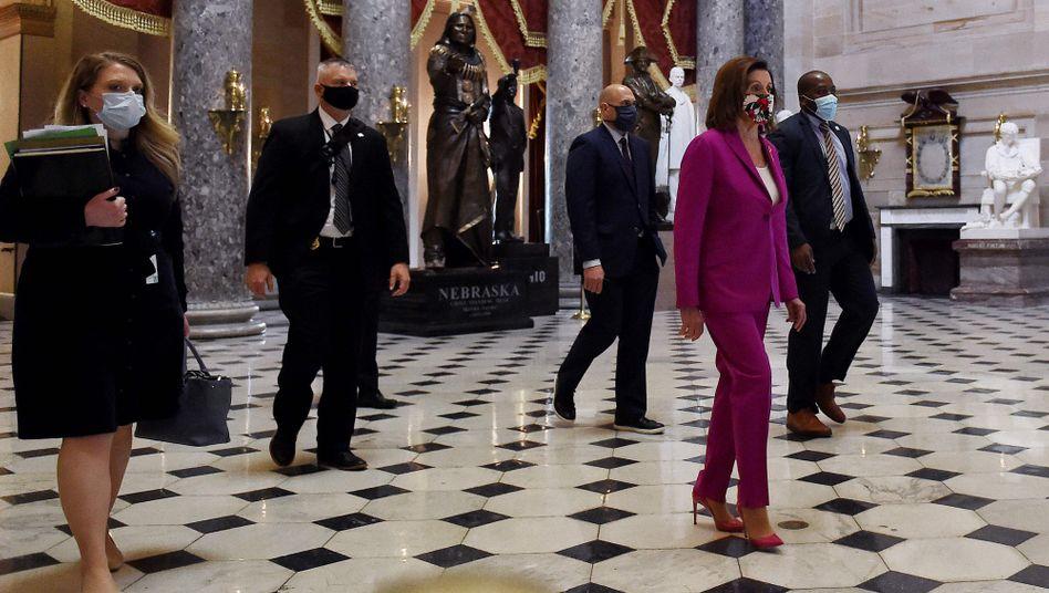 Repräsentantenhaus-Sprecherin Nancy Pelosi auf dem Weg zur Pressekonferenz
