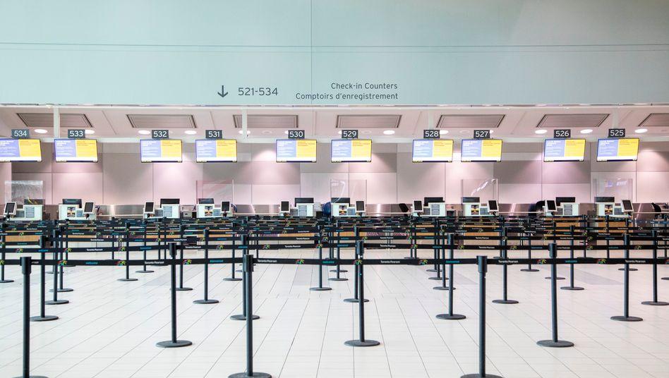 Leerer Check-in am Toronto Pearson International Airport in Kanada: Noch immer sind rund 35 Prozent der weltweiten Flugzeuge am Boden