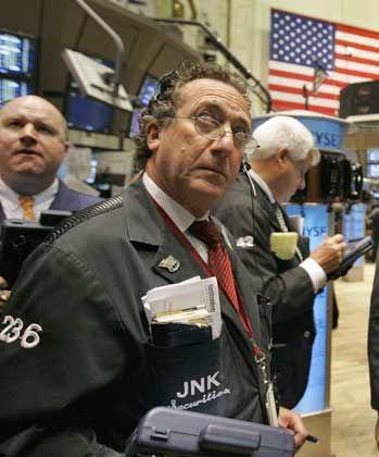 Frustrierte Börsenhändler: Der Dow-Jones-Index knickte am Donnerstag ein und verlor fast 400 Punkte