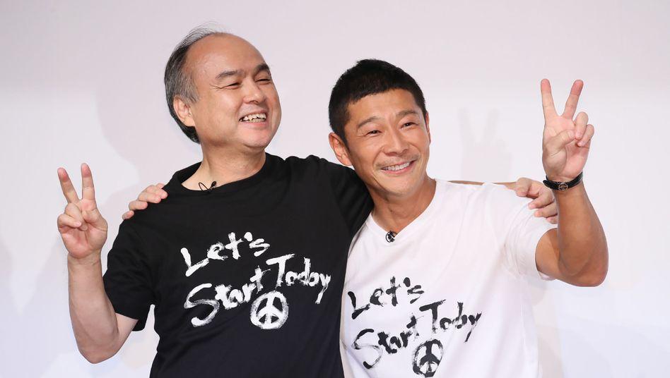 Softbank-Chef Masayoshi Son (l) präsentiert seine jüngste Milliardenwette: mit Yusaku Maezawa, dem Verkäufer von Sons jüngstem Milliardenobjekt Zozo