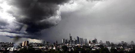 """Dunkle Wolken über Frankfurt: Das Rettungspaket allein reicht nicht, um die Bankenkrise nachhaltig zu beseitigen, meinen Experten. Die Rufe nach einer """"Bad Bank"""", die den Instituten faule Papiere oder Kreditengagements abkauft und nach einer Reform des Banken-Rettungsfonds werden lauter."""