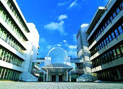 Machtdemonstration: Mit dem axial aufgebauten, symmetrischen Bau einschließlich zentralem Eingang flößt der Wiesbadener Linde-Konzern dem Besucher Respekt ein und formuliert unmissverständlich seinen Geltungsanspruch.