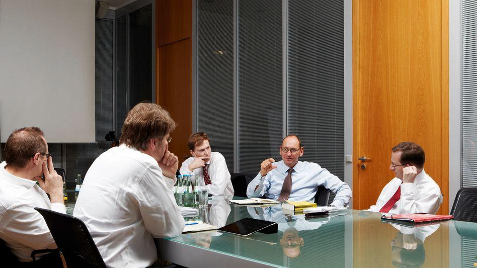 """""""Die Zentralbanken haben uns lediglich Zeit gekauft"""": Daniel Stelter (rechts) im Gespräch mit mm-Redakteur Henrik Müller (links)"""