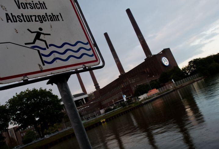 Kanalufer beim VW-Kraftwerk in Wolfsburg: VW ist das wirtschaftliche Energiezentrum der Stadt. Der VW-Skandal sorgt nun für eine sofortige Haushaltssperre