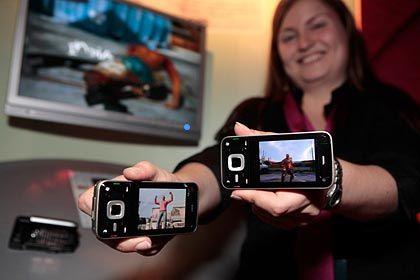 Neue Modelle: Eine Mitarbeiterin präsentiert zwei Ausfertigungen des N81