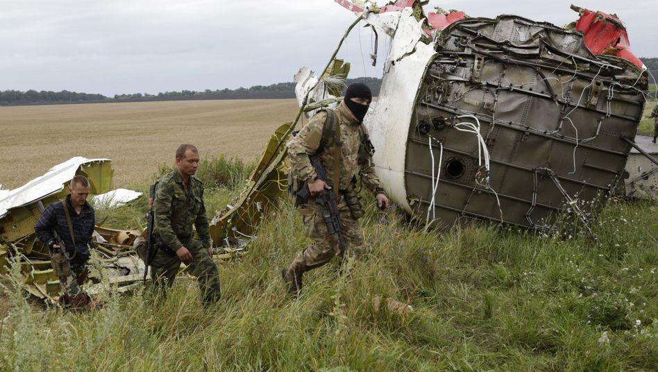 Prorussische Separatisten an der Unglücksstelle nahe Hrabowe: Uno-Blauhelmeinsatz mit deutscher Beteiligung?