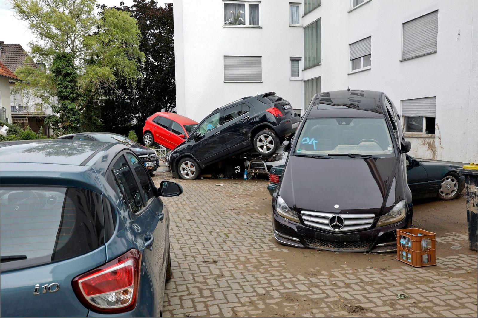 08.08.2021, Bad Neuenahr, Deutschland - Flutkatastrophe im Ahrtal. Foto: Von der Flut zerstoerte Autos in einem Hinterho