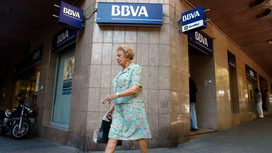 Passantin vor BBVA-Filiale in Madrid: Die Bank wird Banco Sabadell nun doch nicht übernehmen