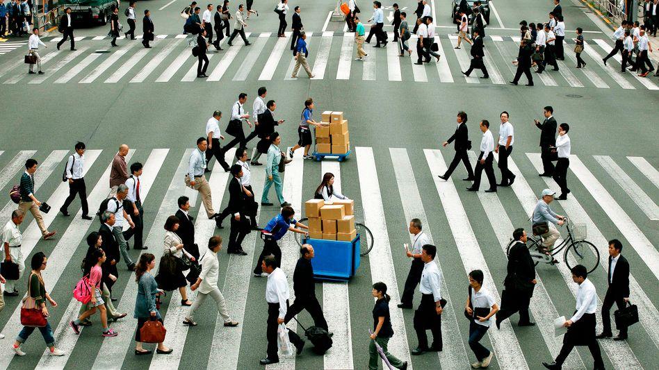 Steigende Löhne, mehr Nachfrage: Japans Regierungschef Abe hat die dritte Säule seines Wachstumsprogramms vorgestellt