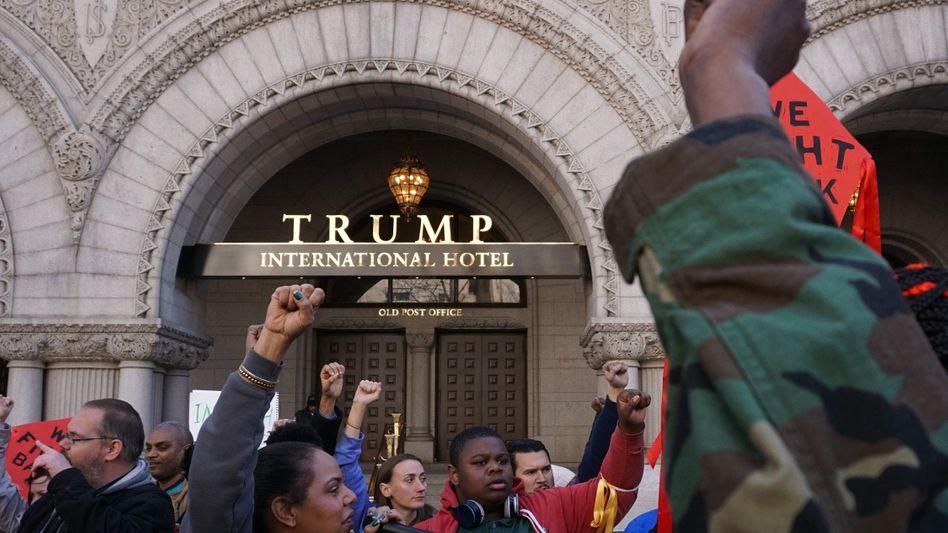 Protest vor Trump-Hotel in Washington: Das Gebäude hat die Deutsche Bank mit finanziert