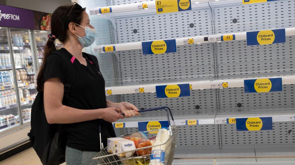 Leere Regale: Die Supermärkte erhalten derzeit nur etwa eine statt drei Lieferungen pro Tag
