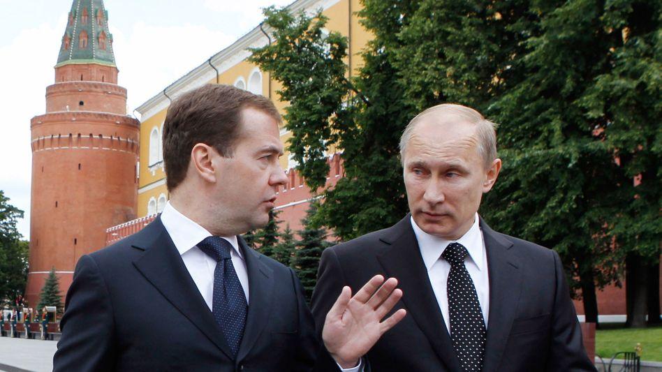 Im Plan: Die Umbaupläne der russischen Machthaber Dmitry Medvedev (l.) und Vladimir Putin nehmen Gestalt an