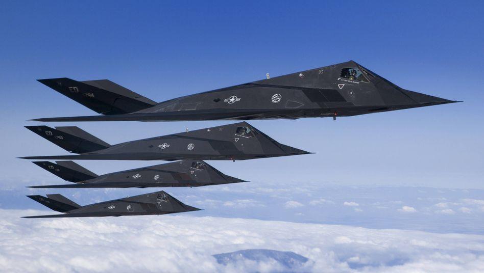 U.S Air Force F-117 Nighthawks über Kalifornien: Die Defense Advanced Research Projects Agency (DARPA) ist Teil des US-amerikanischen Verteidigungsministeriums