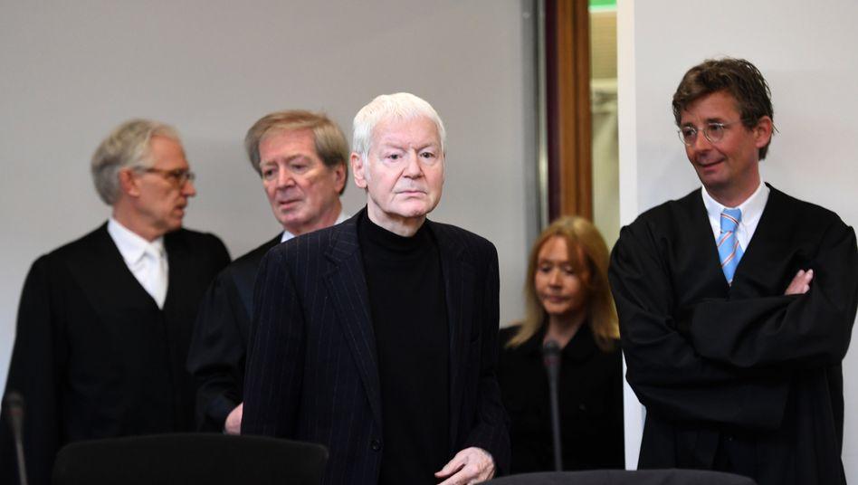 Der erste Auftritt in der Öffentlichkeit seit 18 Jahren: Der ehemalige Drogeriekettenbesitzer Anton Schlecker (3.v.r) und seine Frau Christa (2.v.r) zu Beginn des Prozesses gegen sie am 6. März mit ihren Anwälten.