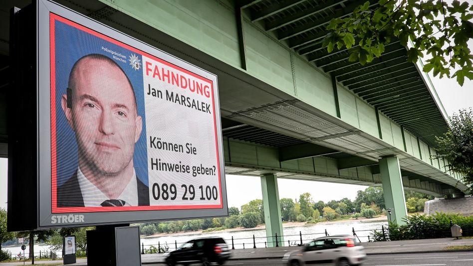 Nur im Fahndungsplakat unter der Brücke: Ex-Wirecard-Vorstand Jan Marsalek soll sich in einem Anwesen nahe Moskau aufhalten, berichtet eine Finanzzeitung.