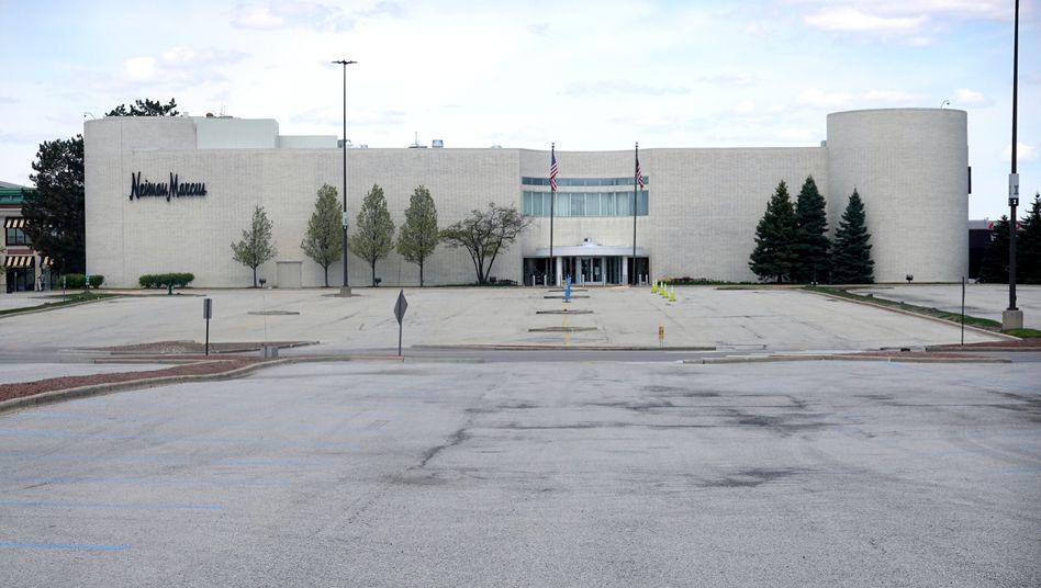Insolvent: Verwaister Parkplatz vor einem Neiman Marcus Store.