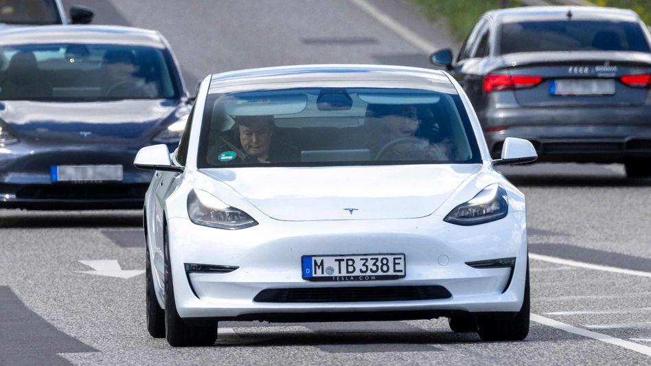 Noch mit Fahrer: Tesla-Chef Elon Musk auf dem Weg zur Werksbaustelle in Grünheide Mitte Mai