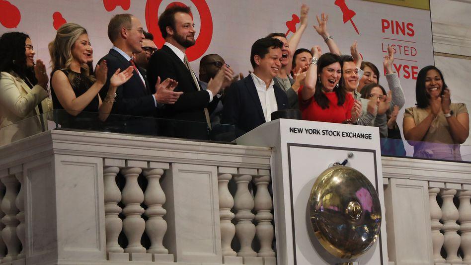 Pinterest-CEO Ben Silbermann (Mitte) beim traditionellen Läuten der Börsenglocke zur Eröffnung des Handels
