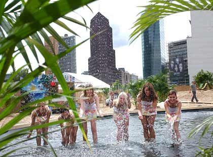 Planschen am Pool: Im Berliner Beach Club können die Gäste nicht nur baden, sondern auch Beach-Volleyball spielen oder Freiluftkino schauen