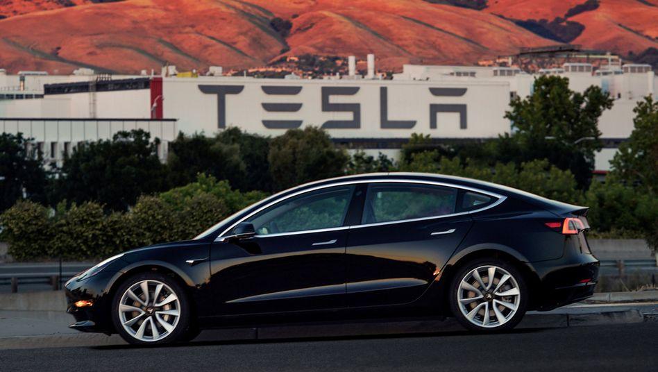 Teslas Model 3 steht bei den Bremsen in der Kritik: Konzernchef Elon Musk verspricht sofortiges Nachbessern