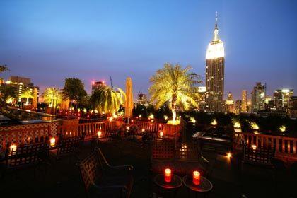 New York bei Nacht: Bei lauen Temperaturen und mit einem Martini in der Hand kann das Leben schön sein