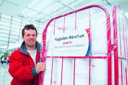 Eine Ladung Handtücher für den Flughafen München: Das Haniel-Unternehmen HTS ist spezialisiert auf Waschraumhygiene und dem Verleihen von Berufskleidung
