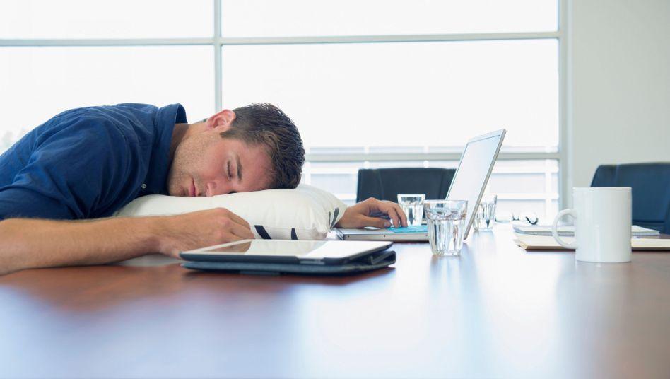Abends noch die Mails gecheckt, morgens müde: Vor allem das bläuliche Licht von Smartphones ist der Schlafqualität abträglich