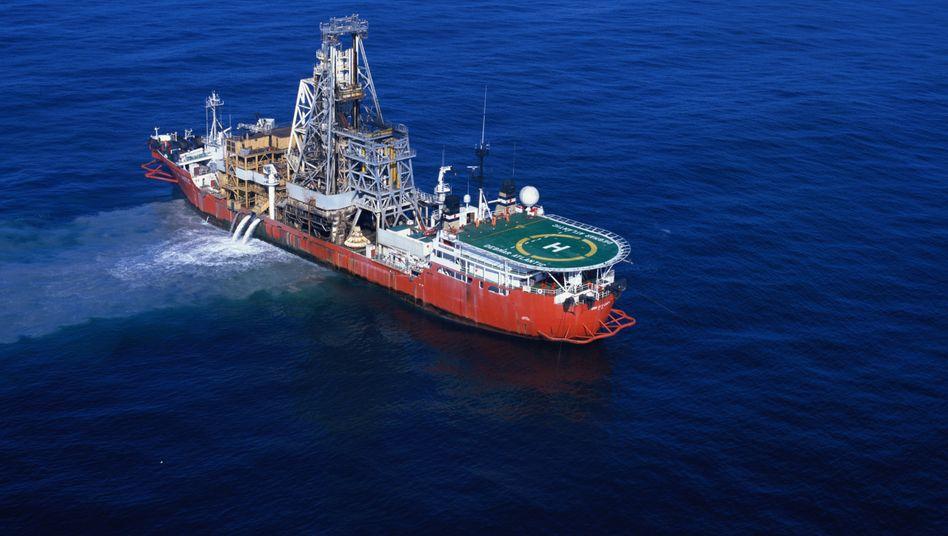 Bohrturm an Bord: Schiff des Edelsteinunternehmens de Beers für den Abbau in der Tiefe