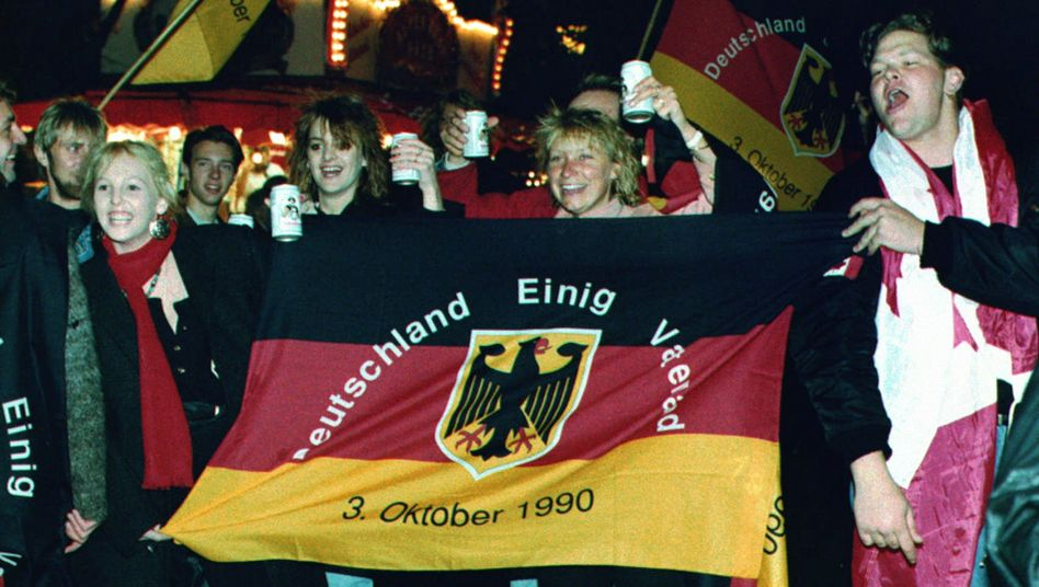 Einheitsfeier am 3. Oktober 1990: Der Solidaritätszuschlag sollte die Kosten der Deutschen Einheit mitfinanzieren - und hat sich bis heute hartnäckig gehalten