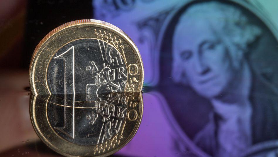 Dollar und Euro werden nach Voraussagen von Ökonomen noch in diesem Jahr gleich viel wert sein