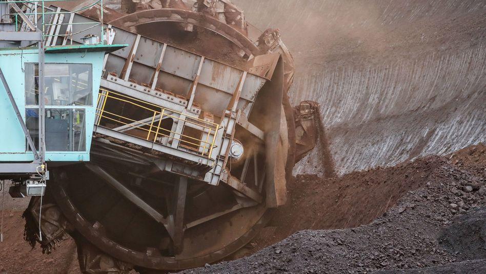 4,35 Milliarden Euro Entschädigung sollen Kraftwerksbetreiber für den Ausstieg bekommen. Das Braunkohlekraftwerk Schkopau in Sachsen-Anhalt darf länger laufen als erwartet, für das Braunkohlekraftwerk Jänschwalde in Brandenburg soll Ende 2028 Schluss sein.