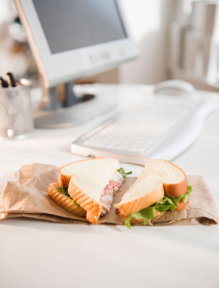 So nicht! Ein schnelles Essen am Arbeitsplatz ist das No-go für einen erfolgreichen Mittag