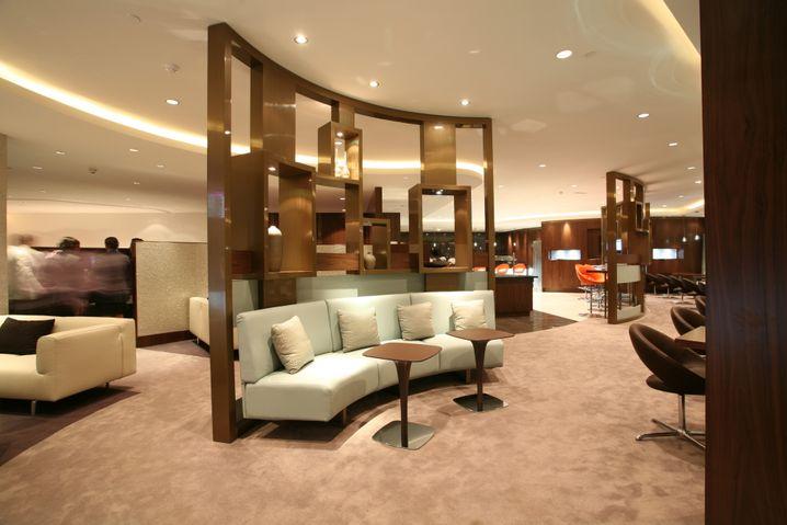Helle Farben, freundliche Formen: Die Business Lounge von Etihad in Abu Dhabi