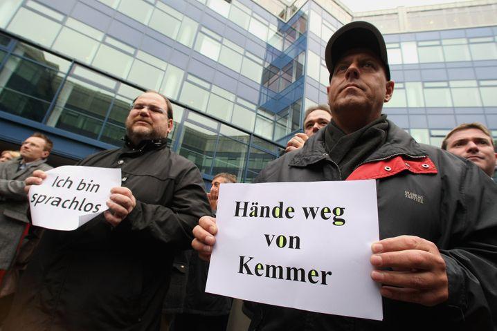 Demo und Demontage: Es passiert selten, dass Mitarbeiter für ihren Chef auf die Straße gehen. Michael Kemmer erlebte es vor zehn Jahren, als ihn Bayerns damaliger Ministerpräsident Horst Seehofer bei der BayernLB kippen wollte (kl. Foto). Ein Jahr später trat er wegen des Hypo-Alpe-Adria-Desasters aber doch noch ab. Ein gerichtliches Nachspiel endete mit Einstellung gegen 20.000 Euro Geldauflage. Seine Karriere begann Kemmer bei der HypoVereinsbank, wo er es bis zum Risikovorstand brachte. Von 2010 bis 2017 war er oberster Lobbyist der Privatbanken.