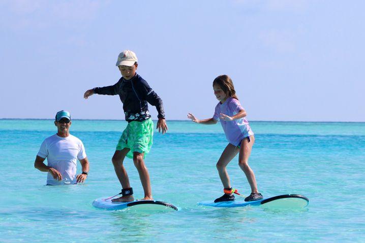Kleine Surfstars: Auch Kinder kommen auf den Malediven auf ihre Kosten.